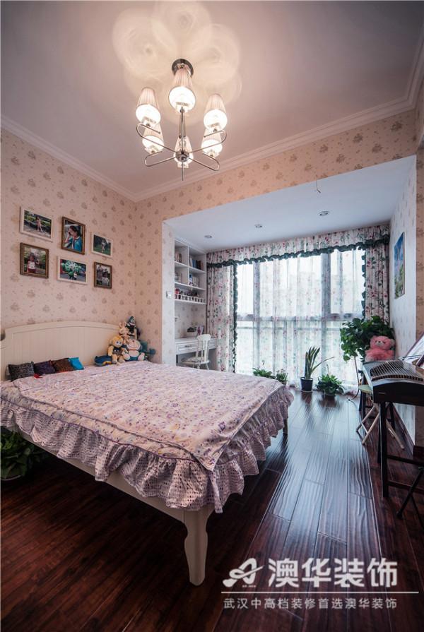 甜美的粉色系墙纸、清新的田园碎花窗帘,随处可见的毛绒玩偶……充满童趣的布景创造出一个童话式的意境。同时,阳台被改造成小书房,组合式书桌架兼具美观与实用性,减少了不必要的空间浪费。