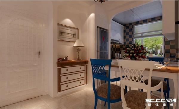 把厨房和餐厅之间原有的隔断墙打开,增加了餐厅采光,使整体空间更加宽敞。冰箱上的百叶门及蓝色餐椅和厨房墙砖的相互映衬烘托出了温馨 舒适 浪漫的地中海生活氛围。