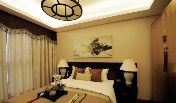 设计师在空白德尔牆面上悬挂水墨艺术画作,氤氲雅致温馨气息。