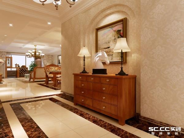 玄关处巧妙的做了以后拱形玄关背景搭配重色的玄关柜散发出浓厚的美式风情,包括地面铺贴的波打线都更好的打造了空间感