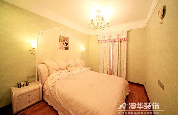 强调功能性和舒适性的卧室,线条与造型都讲究极致简约,仅床头背景以对称拱墙做装饰。空间的软装和配色趋于统一,成套纯棉质地布艺也很好地营造出温馨、舒缓的睡眠环境。