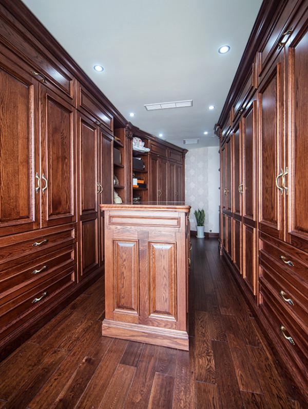 无论是端庄大气的酒柜,还是超强收纳功能的整体衣帽间,纯实木定制的柜体表面以浓郁的纹理色泽,将装饰的自然美与实用性完美融合,不经意间透着精粹的奢华意韵。