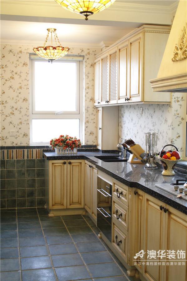 厨房布局简单明了,青石板墙地面上如同被风雨洗礼的印迹还若隐若现,造型精致、小巧的五彩吊灯还泛着微醺的光晕。原木材质的橱柜配上粗犷的铜质门把手,返璞归真之余又能展现一种华丽的田园风情。