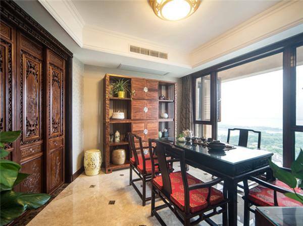 传统中式的窗棂雕花、四方桌椅及中式凳子等元素,让整个茶室充盈着丰厚的东方禅韵。临窗瞰湖的优越地理位置,茶禅一味的沁心风雅,令人流连间只为一丝难得空灵、自在的享受。