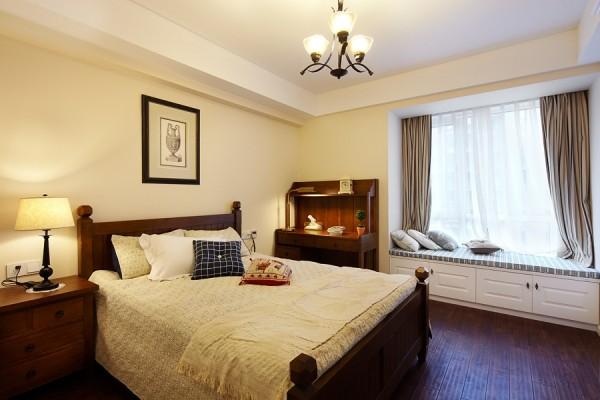 卧室整体很简洁。没有做过多复杂的设计。给人很干净、舒适的感觉。飘窗比较温馨,是独处午休的好地方。