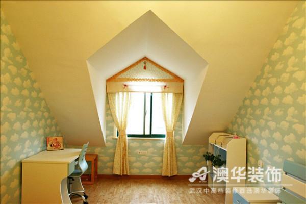 儿童房设计兼具创意趣味与功能需求,局部改造的斜坡尖顶面与多边菱形窗台相契合,在蓝天白云墙面的烘托下,打造出一座引人遐想的梦幻城堡。