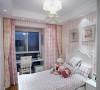 粉红小碎花、蕾丝花边是女儿房必不可少的元素,粉色与白色相间的竖条纹壁纸拉升空间感,墙面以清新碎花图案腰线作点缀,搭配两幅卡通绘画,打造出丰富多彩,梦幻甜美的公主房。