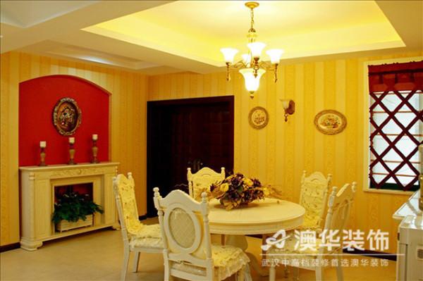 除了一直使用的白色调,餐厅的色彩又变成了另外一套组合。黄色调印花条纹的壁墙、米色调的椅面织物以及经典红壁炉上做旧的古铜烛台,在泛黄暖光下,构成了一种令人倍感温馨的氛围。