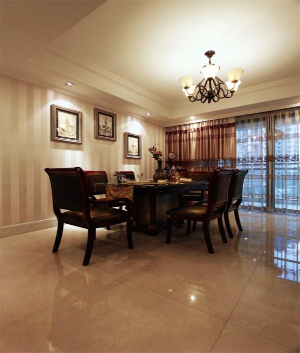 餐厅吊灯欧式风格,餐桌大而增加实用率。