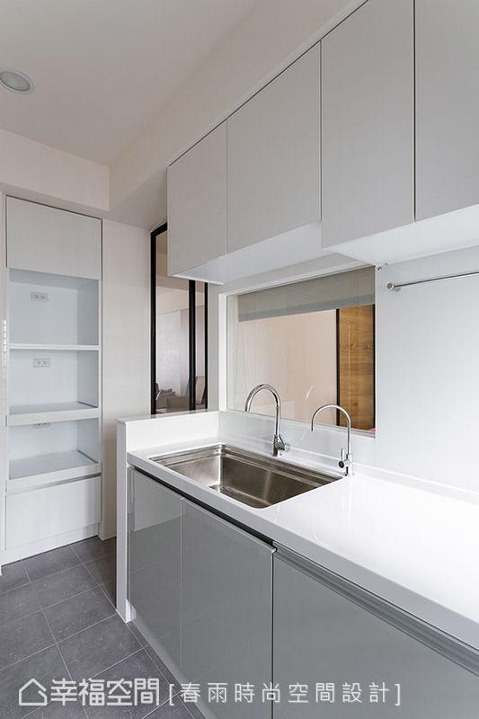 厨具选用极简的白色,呈现简练利落的空间表情,呼应屋主对于简单设计的诉求。