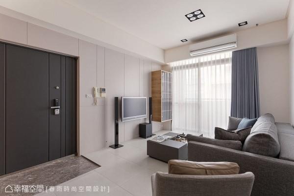 春雨时尚空间设计以灰色石材铺陈玄关地坪,藉由质材的应用界定出落尘区。