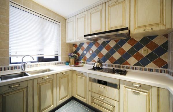 厨房以清新淡雅的颜色为主,再此基础上加入地中海的元素。