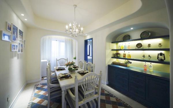 餐厅大气、丰富 复古色桌面的颜色巧妙地与地砖色调一致,蓝色在整个空间里只是点缀,却显得清爽动人,整体给人极舒适的视觉感。