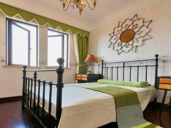 公主床,充满春意的绿色窗帘,房间的小主人一定也是一个素净可爱的孩子。