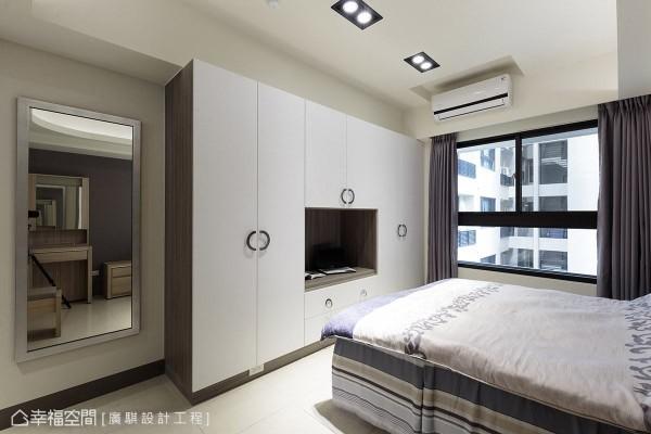 以系统柜组成电视柜与衣柜,并搭配有造型变化的门把,增添场域趣味性。
