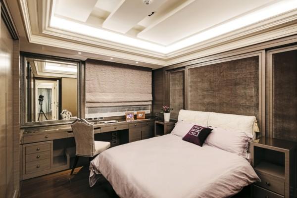 卧室床尾打造一列多功能柜,中央的视听柜外观以皮革绷製,中间别緻的开口兼具把手与通风之效。