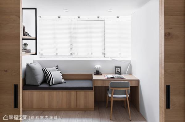 靠窗区设有卧榻与书桌,在瑜珈运动后可以休憩静心。