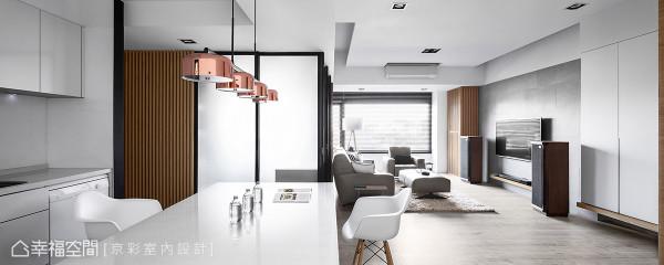 设计师王立峥铺述怡然自在的生活样貌,用干净的线面及开放的尺度,让洒下的日光成为最知性的语言。