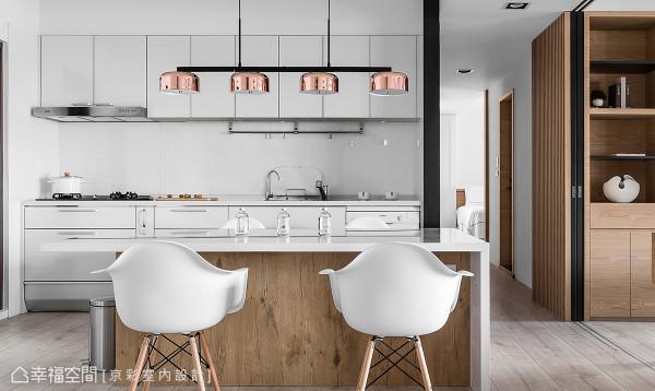 设计师王立峥在开放式餐厨区中,构置一整排的餐橱柜,为空间增添时尚感与收纳机能。