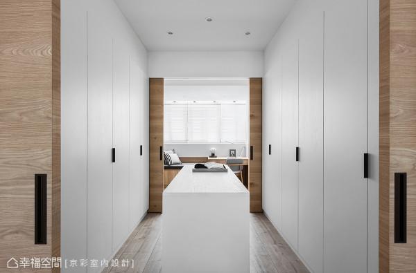 简化繁琐的装饰元素,以线条来作为衣柜主题的勾勒,让美感与收纳机能得以兼具。