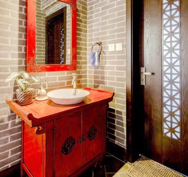 连卫生间的洗手台也是充满中式韵味的大红柜,让空间充满民族情怀。