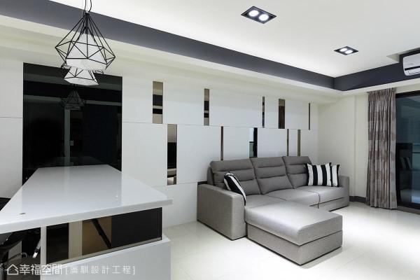 戴世慧设计师以茶镜做线条的变化,不规则错落于墙面上,丰富沙发背墙的视觉层次。