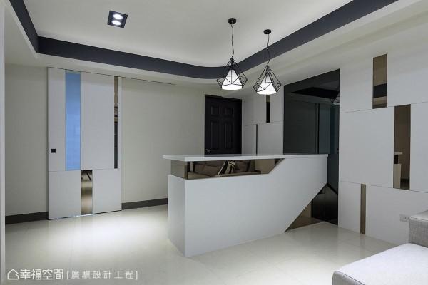 同样的设计语汇运用在厨房门片上,并局部嵌入喷砂玻璃,让光线能够穿透。