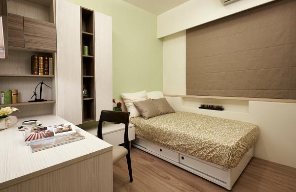 设计师以色调活泼的绿色,呈现年轻人的清新感,并设计系统展示柜与书桌结合,兼具机能的使用性