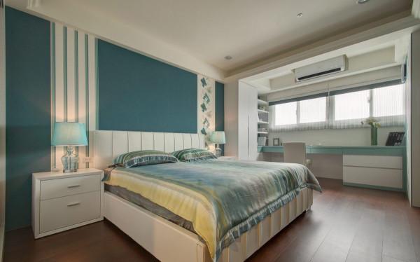 以孔雀蓝色为基底,油彩花砖与木作饰板,于对称基础上展现不规则的活泼视感。