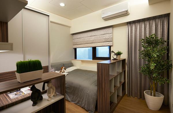 以沉稳的基调,让休憩空间纯粹乾净,通往阳台的走道更以矮柜来区隔