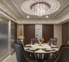 金银薄贴饰的画框与水晶灯呼应著奢华氛围。