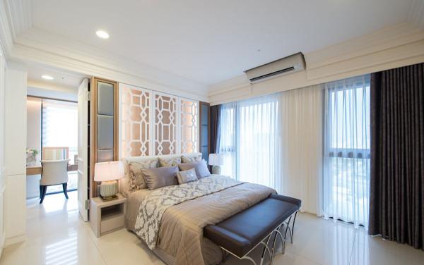 更衣室隐藏在床头的门片设计内。