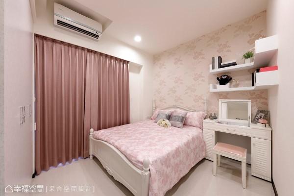 沿用女主人喜爱的古典风格,以绷布作为床头墙的设计,搭配两盏床头灯具,营造唯美浪漫的卧眠情调。