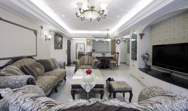 客厅空间主墙以拱型线条围塑表情, 并搭配对称语汇,隐喻优雅的意涵。