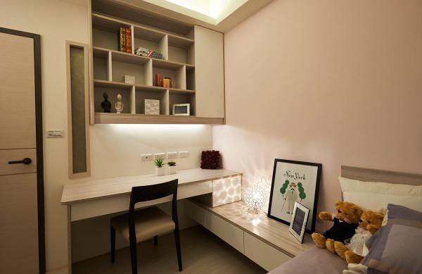 浪漫的粉色系表现柔美氛围,设计师同时整合床头边柜及书桌,以交叉的方式充分利用每个空间