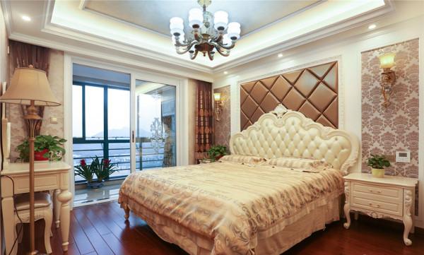 主卧的床头背景墙,软包设计以简单的菱格为主,壁纸都是以简单的大马士革花,和软包背景相互辉映