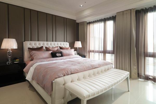 订製切合个人风格与机能需求的设计,床头墙以线条切割的背板来表现,充分感受设计者的专业与细腻。