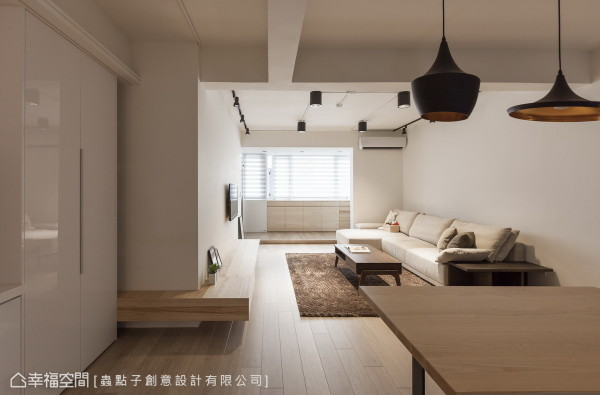 本案为30年老屋翻新之项目,设计师郑明辉以开阔的格局,揭开悠然惬意的生活态度。