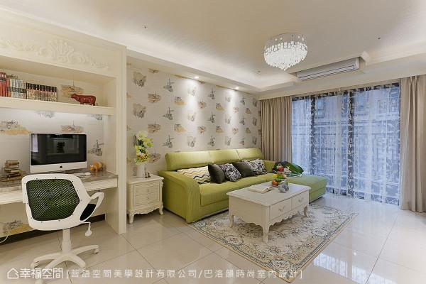 上网区与客厅相连接,经由木作订制线板,达到区域划分及风格一致性。