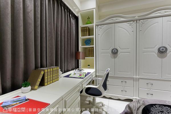 局部使用木工订制符合现场条件的书桌及开放收纳柜,善用畸零地提升实用效益。