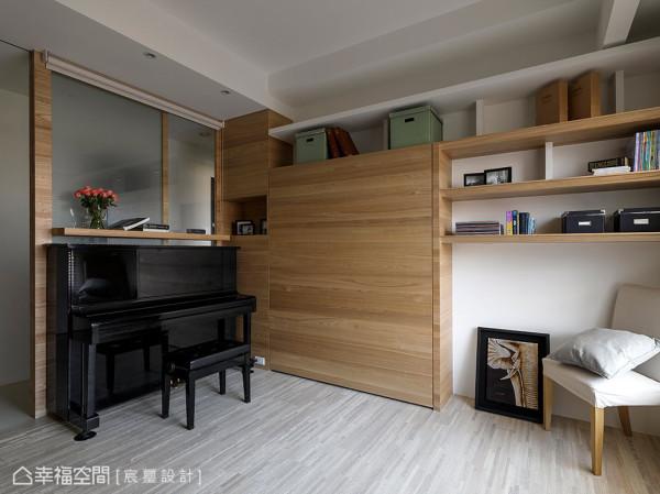 在墙面处创造兼具收纳与展示的灵活设计,随着摆设对象的更换,呈现不同的家居样貌。