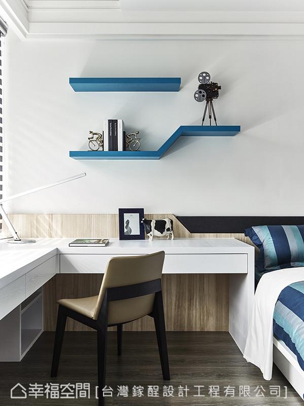 以土耳其蓝为跳色主题,鲜明了空间色彩,并运用45角的设计重点,挥洒在表示层板与床头设计上。