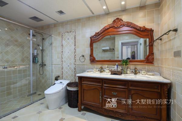 镜框和台盆柜上优雅的雕刻和舒适的设计,保留了美式家具的色泽、质感,搭配浅色的瓷砖,带来清新自然的感觉,使卫生间更显明亮干净。