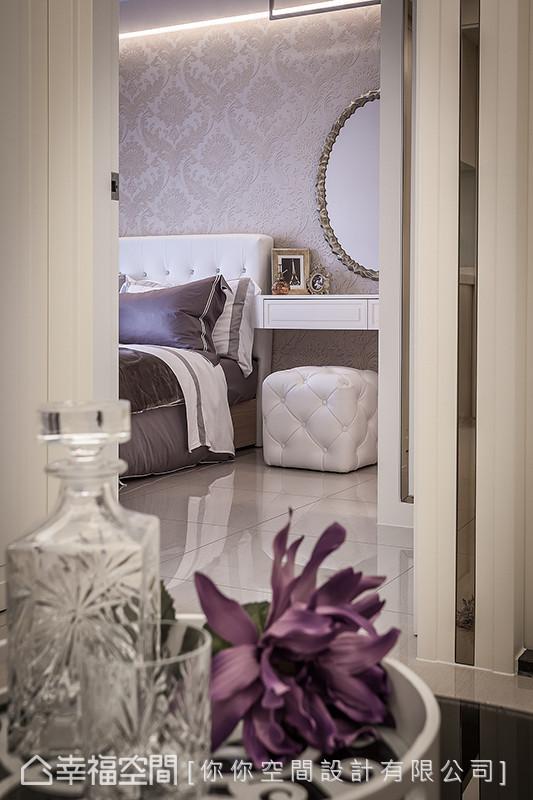 浪漫的图腾壁纸与优美的造型床板,轻轻谱出属于主卧房的华美神采。