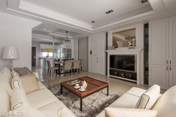 运用线板和大理石打造出壁炉造型的电视墙,镶嵌茶镜、灰镜增添层次感,结合两旁的收纳柜,体现美式古典的设计语汇。