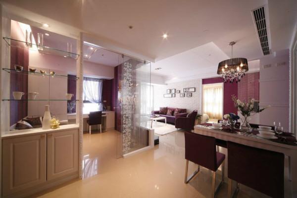 客厅的桃红色系沙发特别选择不是太大的尺寸,以减少压迫感。