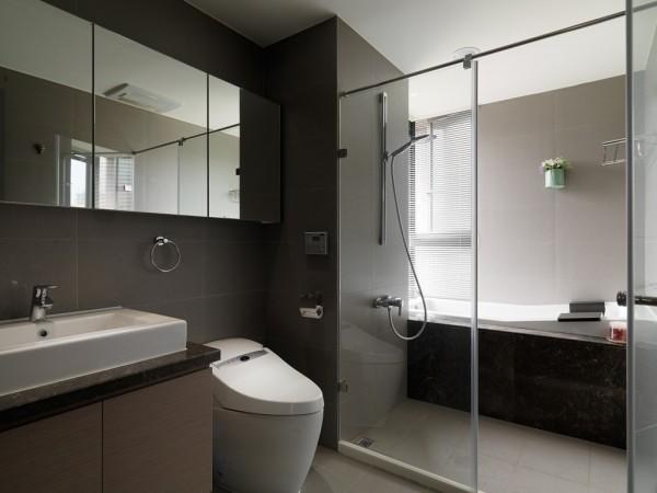 洗面盆上方新增一道镜面柜,梳妆与收纳一举两得。