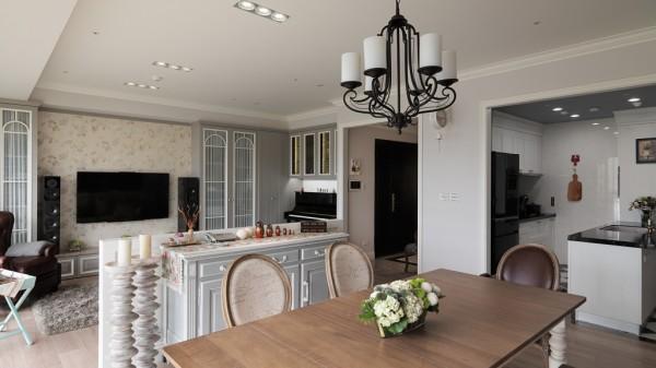 两道一字型、高低错落厨柜简化视觉重量,黑白菱格地砖为空间注入时尚品味。