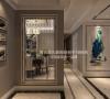 进门玄关,应用现代金属质感镂空花板,使得入门的整体空间迂回而紧凑。吊顶的设计最大限度地还原建筑层高,使得空间显得明亮、开阔。