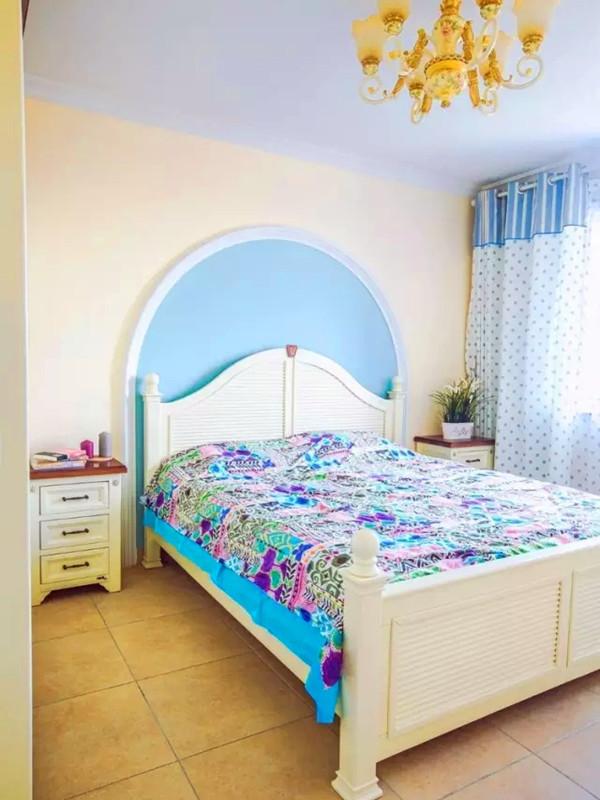 主卧床头用蓝色半圆做背景造型。